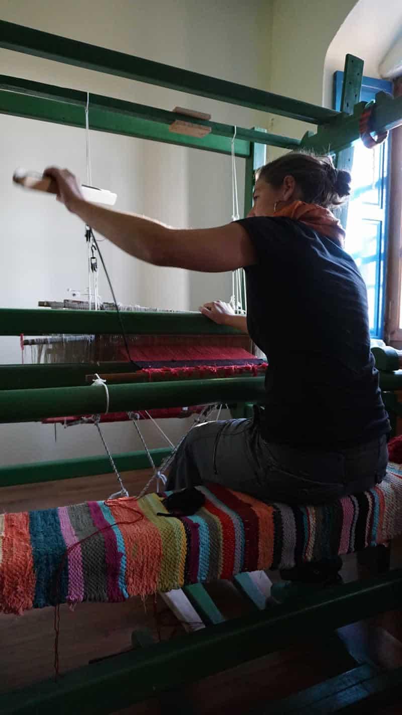 Η Λένα στον αργαλειό στη Ρόκκα στο Ζαγόρι