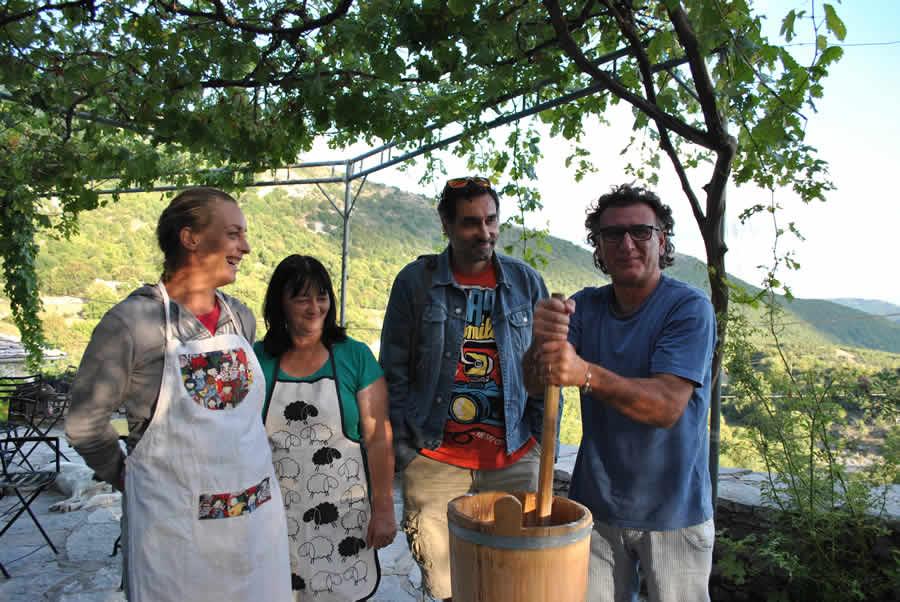 Παρασκευή φρέσκου πρόβειου βουτύρου στα Ζαγοροχώρια. Ξενώνας Ρόκκα, Ελαφότοπος